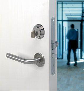 dørpumpe døråbner lukker automatisk elektronisk
